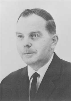 Svart-vit närbild på en man i kostym. BEVI:s grundare Edvin Petersson.